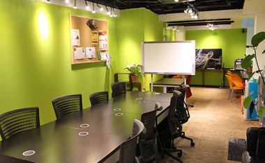 様々な色のオフィス COWKS赤坂(コワークス)